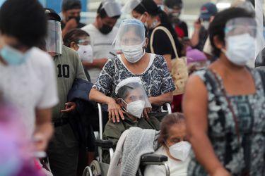 """Autoridades sanitarias de Perú tratan de dar respuesta a la """"brutal nueva ola"""" de la pandemia que sufre el país"""