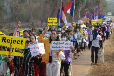 """Emisaria de la ONU advierte del riesgo """"sin precedentes"""" de una guerra civil en Myanmar"""