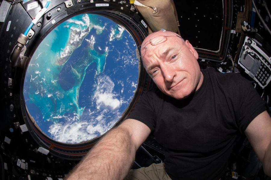 ISS-44_Scott_Kelly_seen_inside_the_Cupola ok