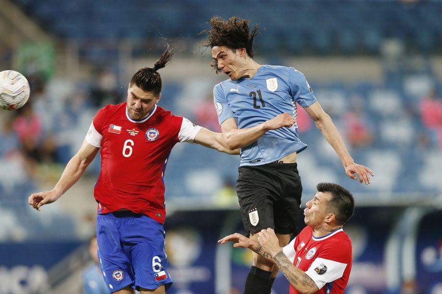 El uruguayo Edinson Cavani fue un dolor de cabeza para la defensa de Chile, cada vez que Uruguay intentó por arriba.