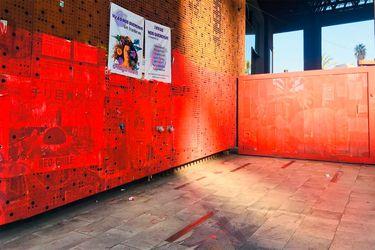 """""""Borra parte de la historia que Chile estaba escribiendo"""": Centro cultural GAM denuncia que fachada fue pintada sin autorización"""