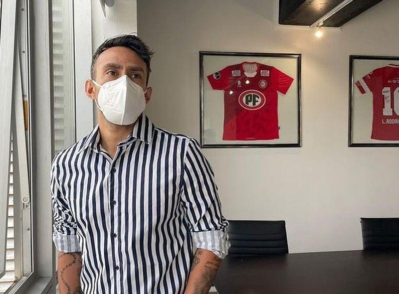 Otra imagen de Jorge Valdivia en el día en que firmó por La Calera.