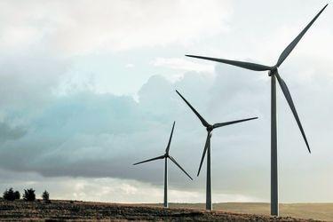 Hidroeléctricas, termoeléctricas y energías renovables: la historia de las tecnologías que han iluminado a Chile