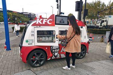 Ideal para estos tiempos: KFC reparte pollo frito en pequeños food trucks autónomos