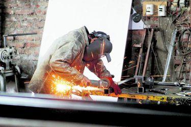 El crecimento de las manufacturas en junio rompe todos los pronósticos, pero la minería cae y frena la expansión de la producción industrial
