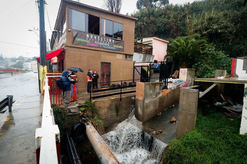 Caída de agua a punto de desbordarse a un costado del restaurante en Concón.