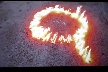 Abecedario, fuego y neoprén: la última instalación de Pedro Lemebel