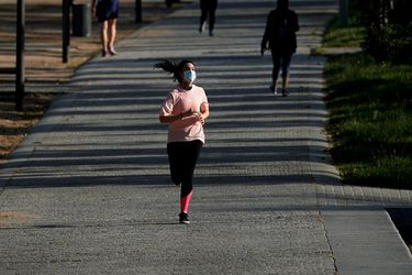 Pulmones de joven colapsan por trotar con mascarilla: ¿Cómo debe ser el regreso al ejercicio tras superar el coronavirus?