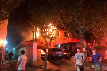 Incendio afecta segundo piso de hostal en Viña del Mar