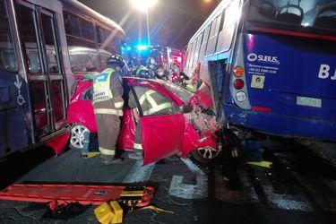 Dos lesionados deja choque de buses del Transantiago con automóvil en El Bosque
