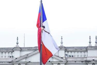 Hombre se sube desnudo a bandera frente a La Moneda