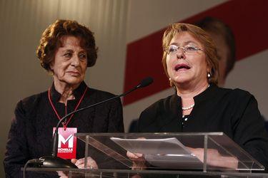 Expresidenta Bachelet deja el país tras visita por funeral de su madre