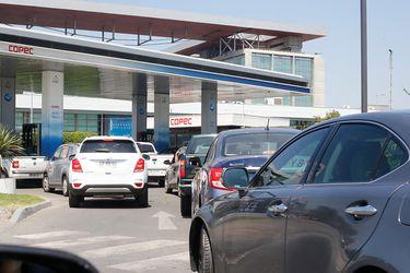 Autos cargando combustible