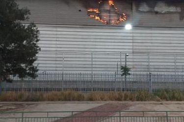 Bomberos controla incendio en supermercado Tottus en comuna de Conchalí