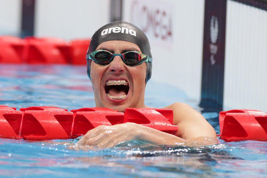 Alberto Abarza grita su plata en 50 metros espalda, la tercera presea que ganó en Tokio 2020. Antes, obtuvo oro y otra plata. Inolvidable pasada por Japón para la leyenda chilena.