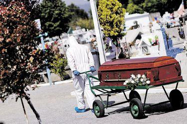 Muertos con Covid-19 superan los 10 mil según el DEIS y más de la mitad son mayores de 75 años