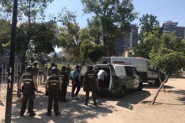 Detienen a  17 jóvenes que participaban de fiesta callejera en el Parque Bustamante y habían concurrido desde comunas en cuarentena