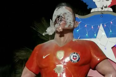 El mundo reacciona a la destrucción de la estatua de Alexis Sánchez