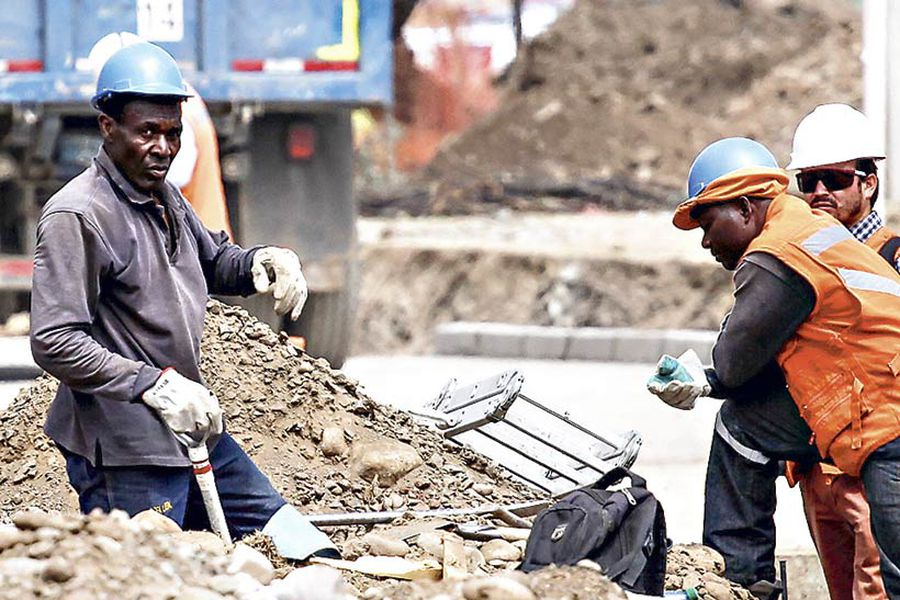 inmigrantes-trabajando-en-la-costruc-(40674749)
