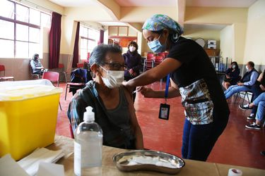 Proceso de vacunación masiva: este martes reciben primera dosis personas de 63 años y trabajadores de educación entre 32 y 35 años