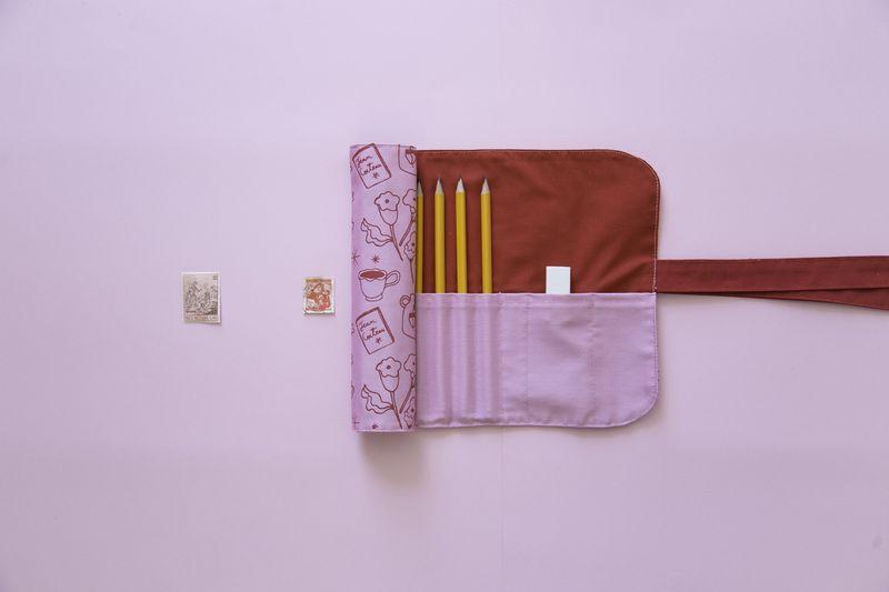 Möu Studio y la ilustradora Holly Jolley lanzan una línea de productos de edición limitada de bolsos para computador, tote bags y estuches roll  fabricados a mano e impresos en serigrafía, con ilustraciones inspiradas en motivos felinos de Jean Cocteau y el imaginario de la hora del té. @holly_jolley_ & @moustudio