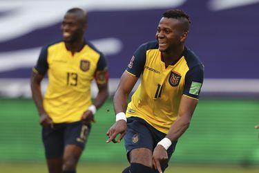 Ecuador hace gala de su fortaleza en Quito para golear a Uruguay