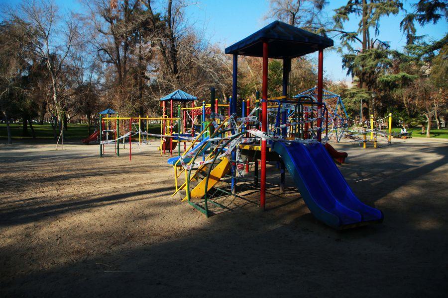 Juegos infantiles clausurados en el Parque Forestal de Santiago. Foto referencial.