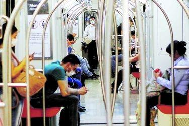 ¿Porfiados en la pandemia? Sistema de transporte de Santiago anota alza de 12% de circulación en la última semana