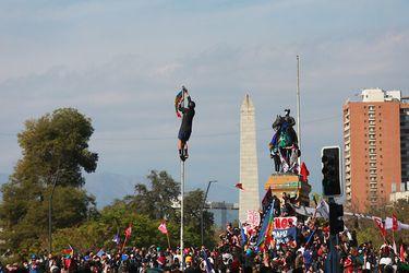 Carabineros detuvo a 20 personas por desórdenes durante manifestación en Plaza Baquedano