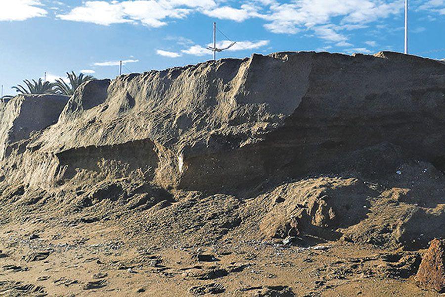 la foto muestra una playa erosionada