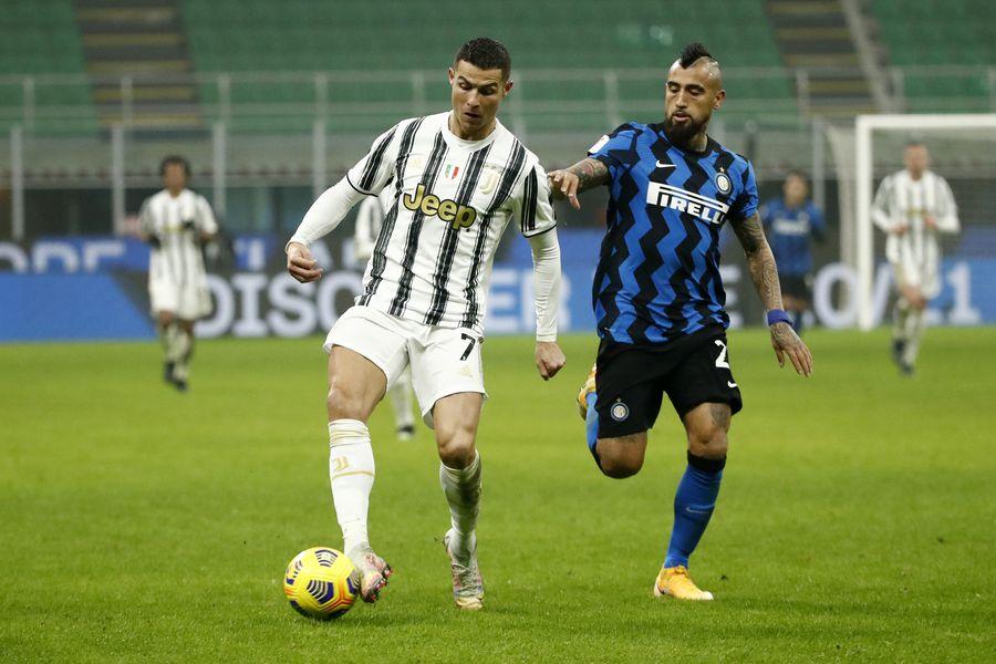 Arturo Vidal marca a Cristiano Ronaldo en un clásico entre Inter y Juventus.
