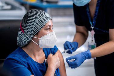 Cefalea, dolor en el brazo, fatiga y picazón, son las reacciones más reportadas entre quienes han recibido la vacuna de Pfizer