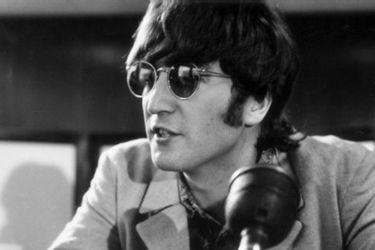 Lennon a la venta: subastan sus lentes y una cargada hoja de vida escolar