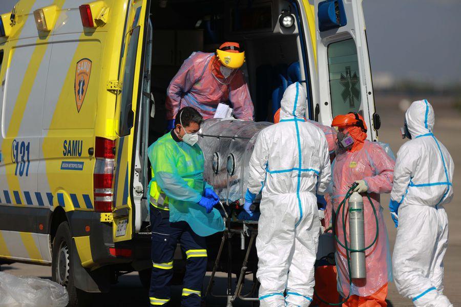 Un paciente con coronavirus es bajado de una ambulancia. Foto: Referencial.