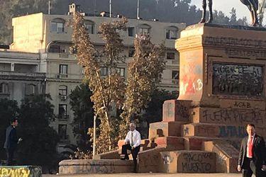 Piñera visitó Plaza Italia y posó para fotografías en monumento al general Baquedano