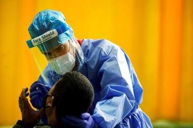 España presenta programa de vacunación contra el Covid-19: adultos mayores y personal de residencias serán prioridad