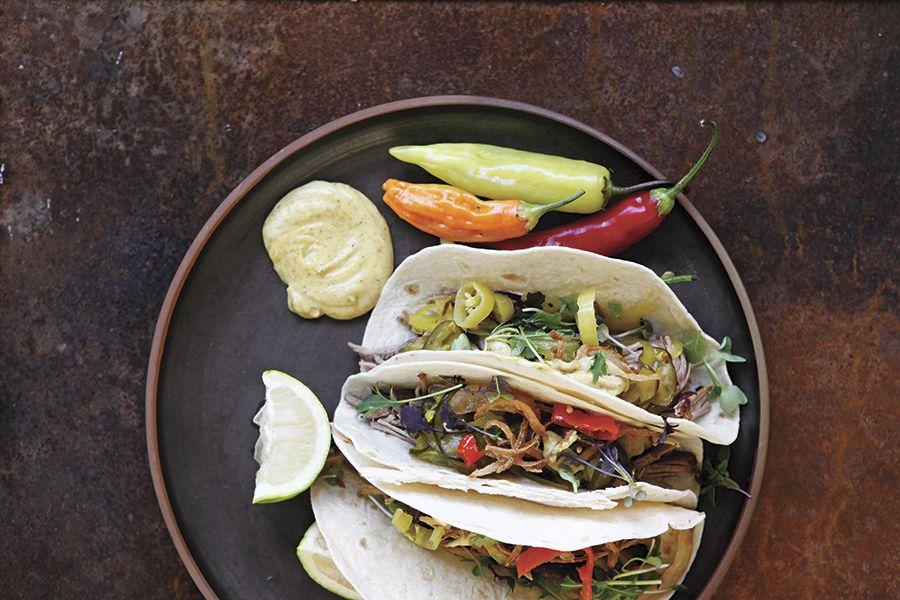 Tacos-de-mechada-con-encurtido-y-mayonesa