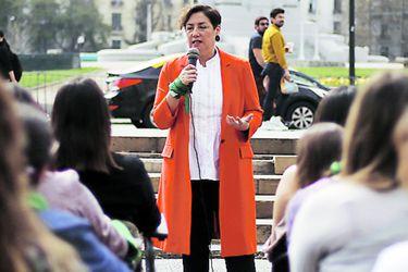 Beatriz Sánchez hace gesto a Bachelet y critica a Piñera
