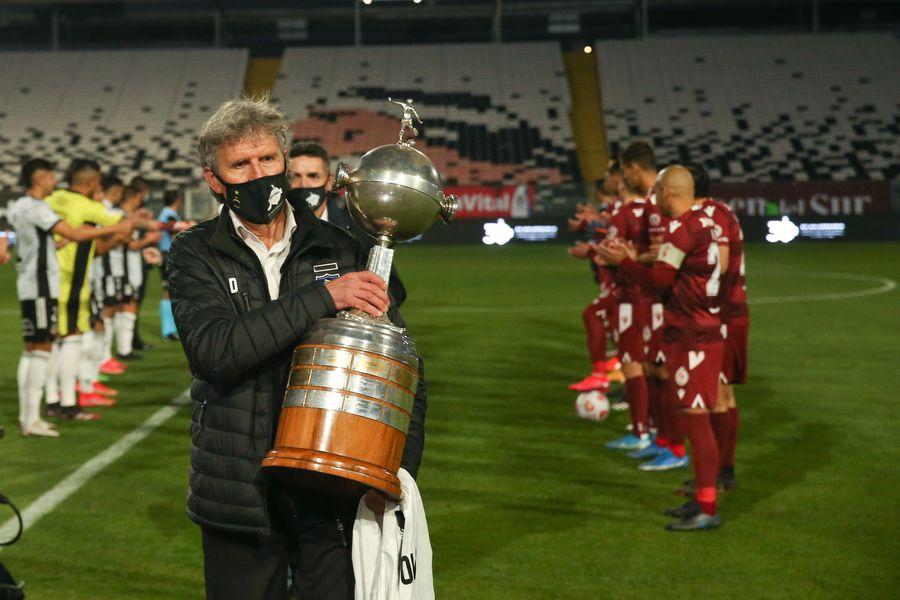 Daniel Morón fue el encargado de portar la Copa Libertadores durante los homenajes de Colo Colo. FOTO: Agencia Uno.