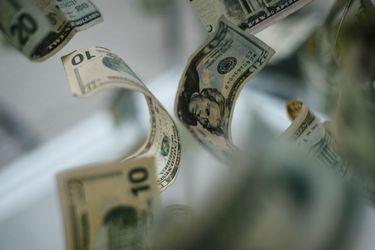 Dólar se dispara más de $10 en medio de desplome de los mercados mundiales