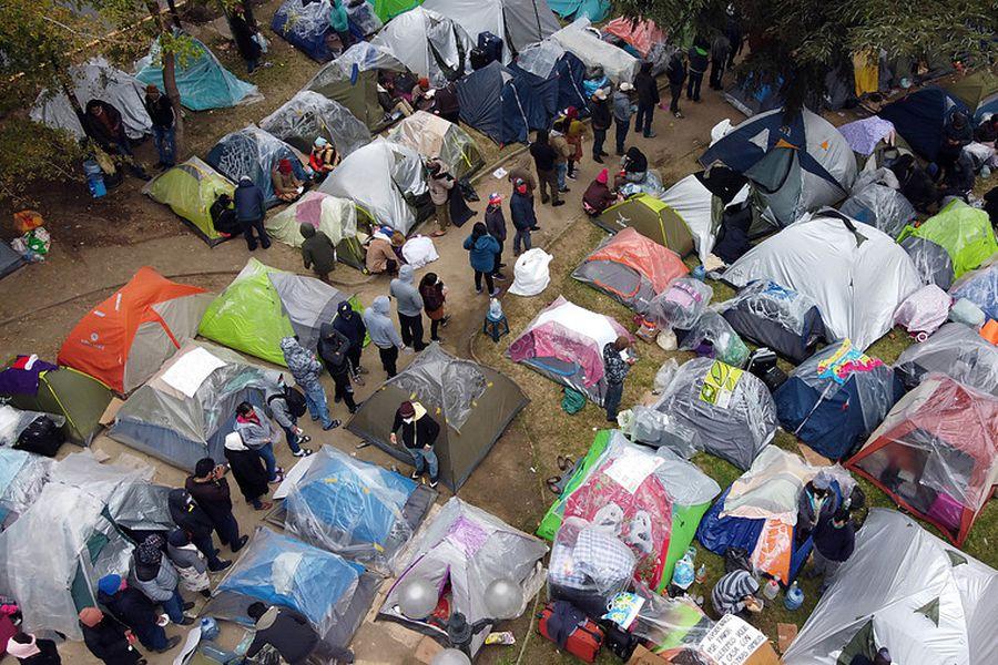 Bolivianos acampan fuera de su consulado.