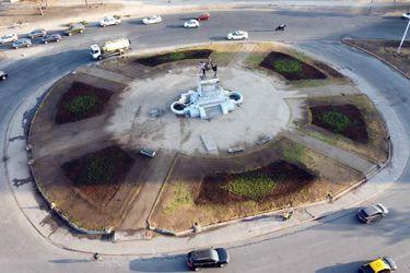 Realizan trabajos de jardinería y replantación de áreas verdes en monumento a Baquedano