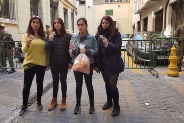 """Una bolsa de condones: El curioso """"regalo"""" al ministro Varela por una educación sexual no sexista"""