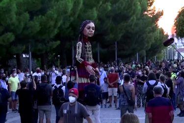 "Esta muñeca gigante que representa a una refugiada siria crea conciencia ""caminando"" por Europa"