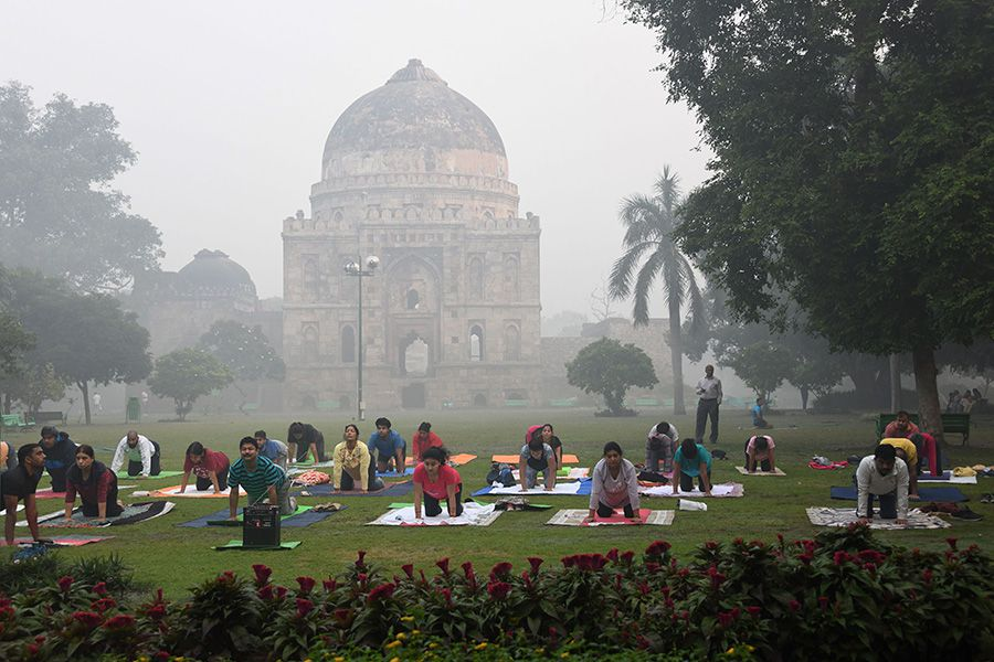 Personas-hacen-yoga-pese-al-smog-presente-en-el-ambiente-AFP
