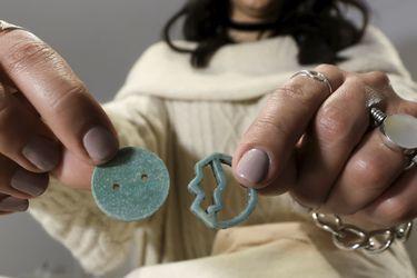 Egipto | Diseñadora crea joyas biodegradables con cáscaras de huevos y nueces