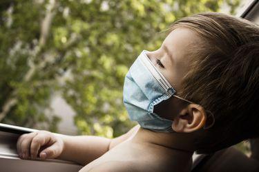 ¿Deben los niños menores de dos años usar mascarillas? Protector les puede causar dificultad para respirar, ahogo y taquicardia