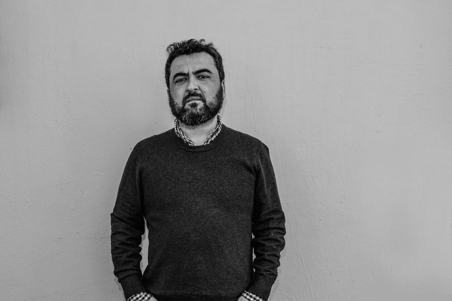 """Foto promocional de Oscar Contardo por el lanzamiento de libro """"Antes de que fuera octubre""""."""