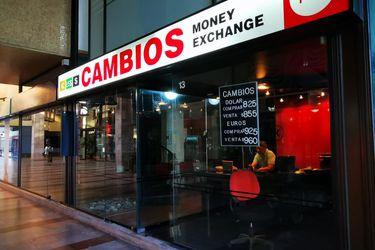 Dólar se dispara frente al peso chileno y el mercado ya mira la reunión del Banco Central