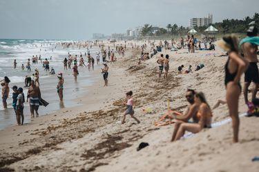Las playas de EEUU se llenan de gente cuando los muertos por coronavirus se acercan a los 100.000
